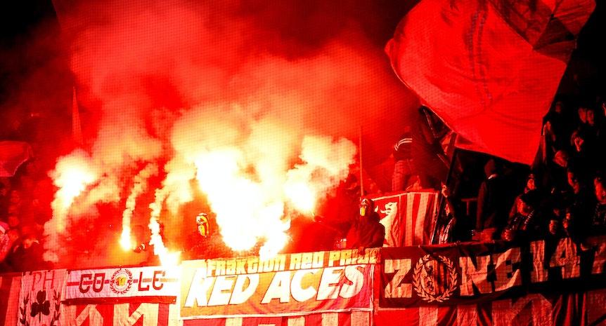 Zündstoff für die Kurve: Pyroaktion, mutmaßlich ausgehend von ultraaffinen Fans von RB Leipzig, in der Paderborn.
