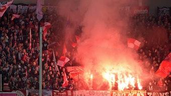 Wo Rauch ist, ist auch Feuer. Der Fanverband von RB Leipzig legt nach der Pyro von Paderborn mit deutlicher Kritik nach.