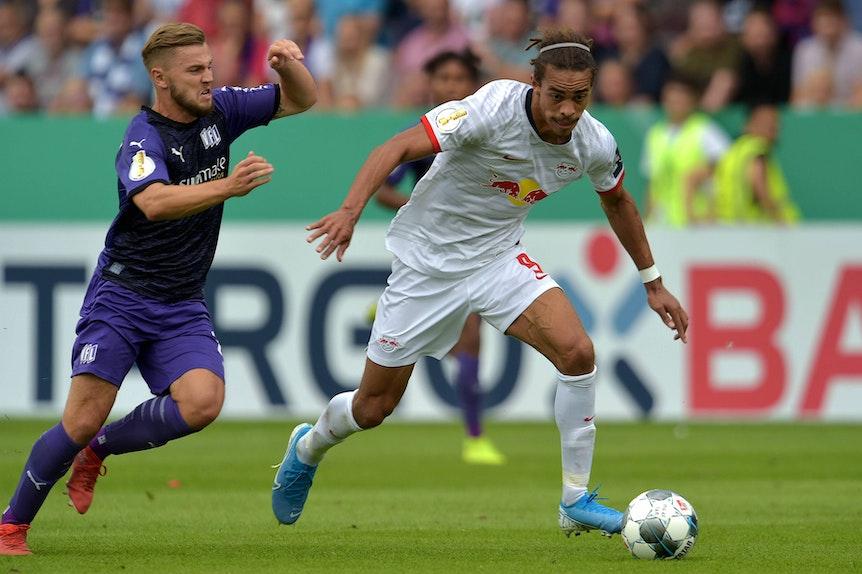 Neue Auflage des Pokalfights vom August: Osnabrücks David Blacha gegen Yussuf Poulsen.