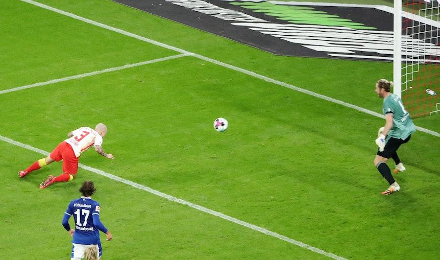 Erstes und letztes Tor mit dem Kopf? Angeliño beim 2:0 gegen Schalke