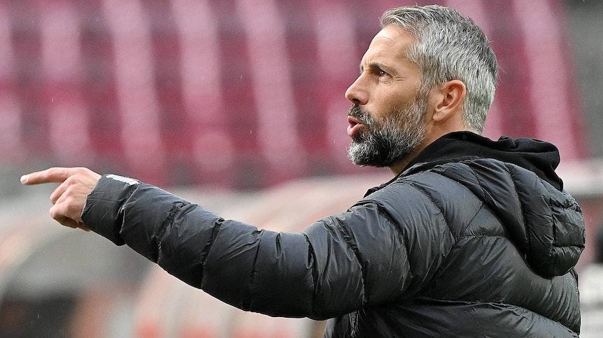 VfL-Trainer Marco Rose steht gestikulierend am Spielfeldrand.