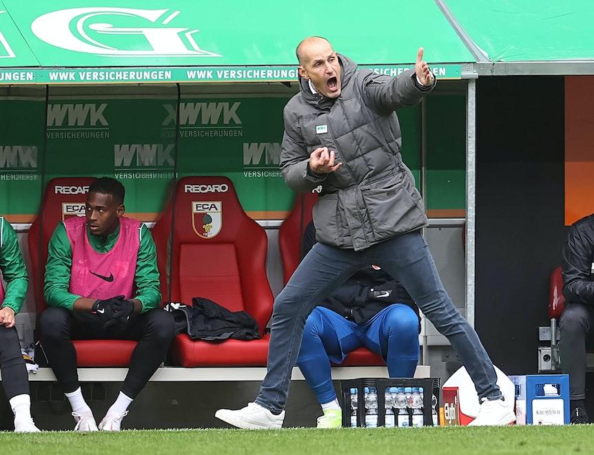 Schreien soll Augsburg-Coach Heiko Herrlich nach seiner Lungenerkrankung gegen RB Leipzig noch vermeiden.