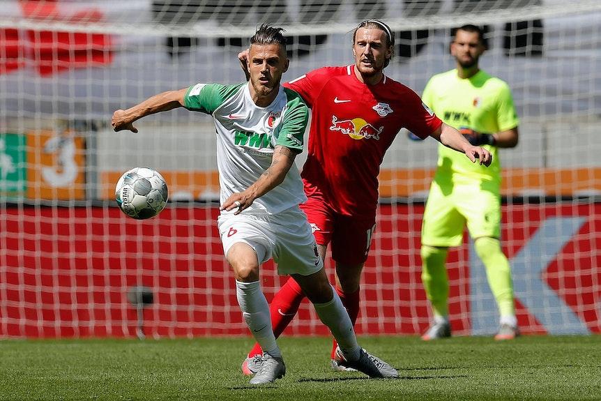 Balljagd: Abwehrmann Jeffrey Gouweleeuw gegen Emil Forsberg.