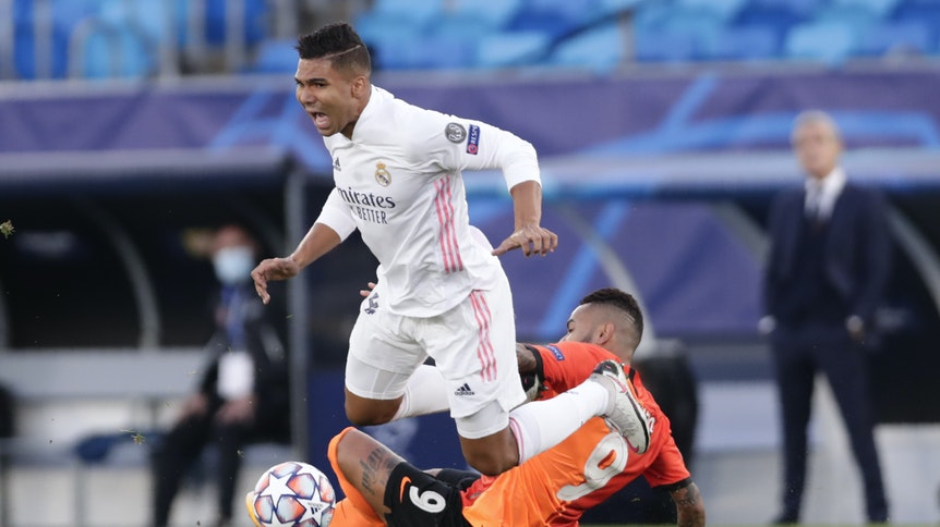 Mittelfeld-Star Casemiro wird bei Reals 2:3-Niederlage gegen Schachtar Donezk von den Beinen geholt.