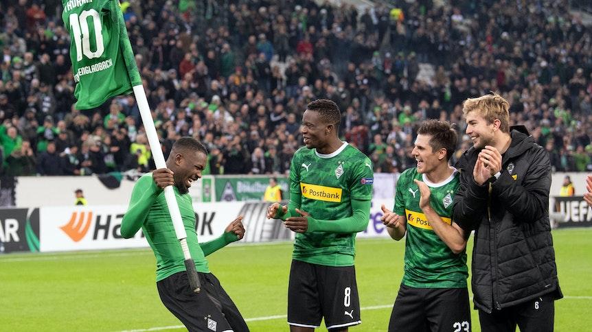 Die Fohlen feiern nach Gladbachs Sieg gegen AS Rom in der Europa League.