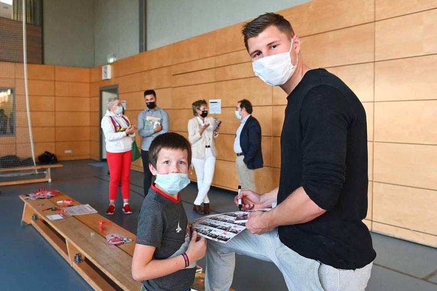 Leuchtende Augen: Kleiner Patient und RB-Star Orban.