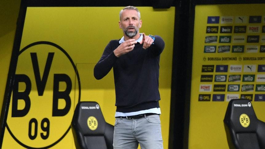 Marco Rose, Trainer der Gladbacher Borussia, dirigiert mit den Armen im vergangenen September an der Seitenlinie seine Mannschaft beim Bundesliga-Duell in Dortmund.