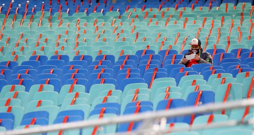 Ein einsamer Fan auf der Tribüne in der Red-Bull-Arena - im November nicht mehr möglich.
