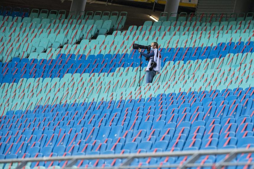 Ein einsamer Fotograf, wo einst Fanmassen aufeinander hockten.