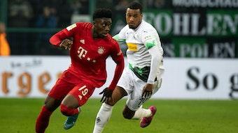 Alassane Plea (r.) verfolgt Bayerns Alphonso Davies (l.) beim 2:1-Heimsieg der Fohlen in der Vorsaison.