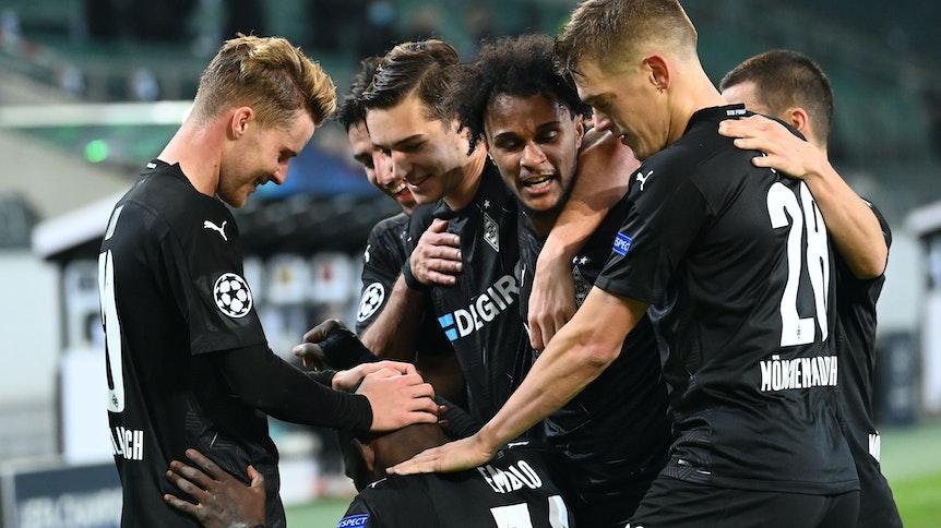 Borussias spielen jubeln nach einem Tor gegen Schachtar Donezk.