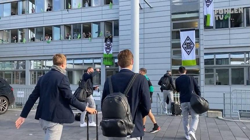 Die Mitarbeiter der Borussia-Geschäftsstelle bereiteten ihrem Team nach dem 6:0 in Donezk eine besonderen Empfang im Borussia-Park.