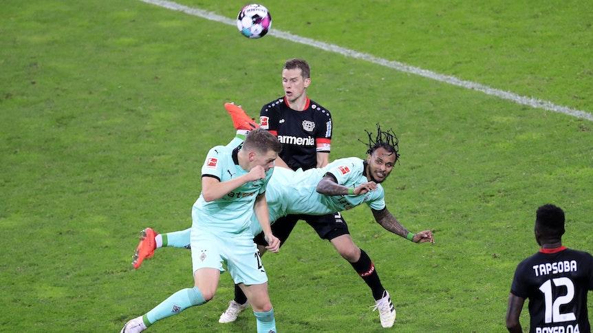 Valentino Lazaro (M.), Spieler der Gladbacher Borussia, erzielte gegen Bayer Leverkusen ein Traumtor mit der Hacke.