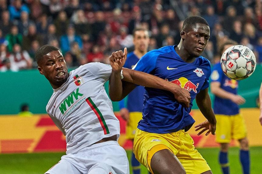 Pokalschlacht in Augsburg: 2019 gewann Ibrahima Konaté (rechts) mit RB in der Nachspielzeit.