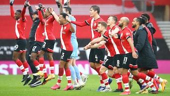 Ralph Hasenhüttl (2.v.l.) freut sich mit seinen Spielern über die drei Zähler des FC Southampton gegen Sheffield.