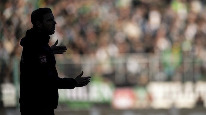 Bremens Trainer Florian Kohfeldt gestikuliert im November 2019 wild an der Seitenlinie im Borussia-Park.
