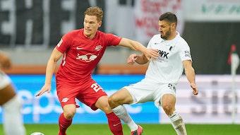 RB Leipzigs Marcel Halstenberg (l.) und Ausgburgs Daniel Caligiuri beim Bundesliga-Duell der beiden Mannschaften im Oktober.