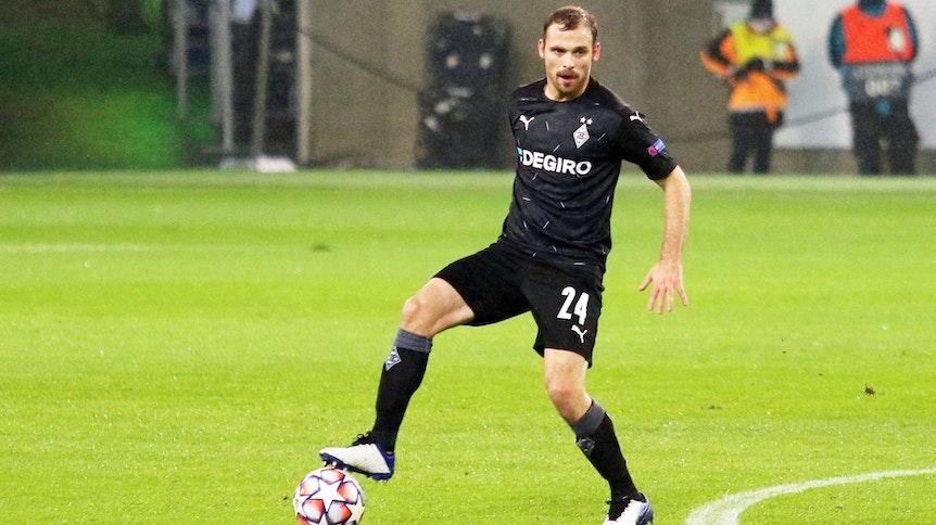 Gladbach-Verteidiger Tony Jantschke kontrolliert im Champions-League-Spiel gegen Inter Mailand den Ball.