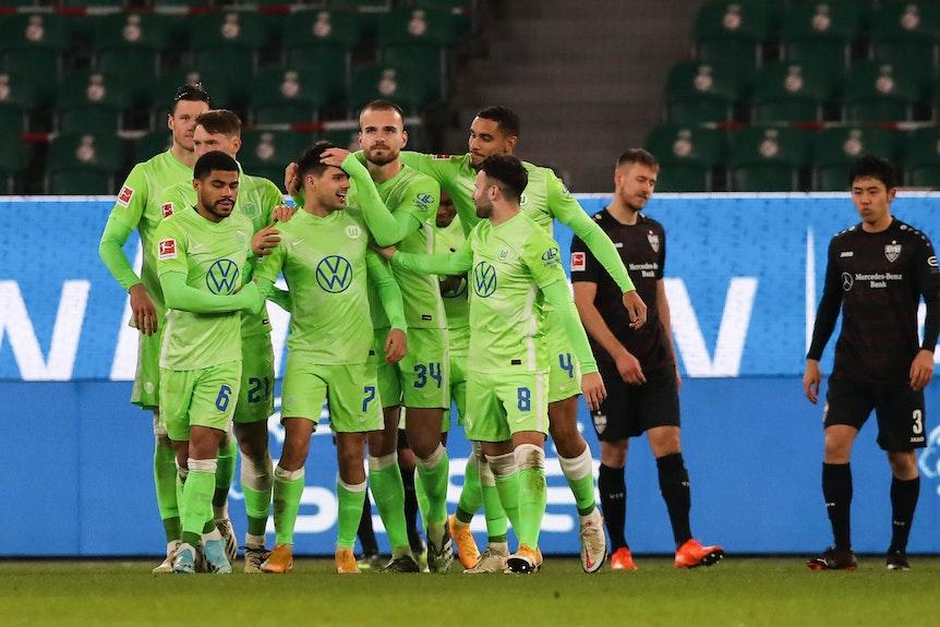 Läuft bei Wolfsburg: Der VfL bejubelt Torschütze Josip Brekalo (Nummer 7).