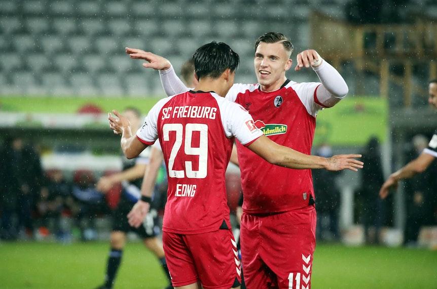 Der erste bei RB Leipzig ausgebildete Spieler mit einem Bundesligator: Freiburgs Ermedin Demirovic (r.).