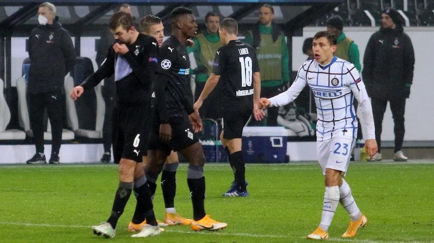 Die Teams von Borussia Mönchengladbach und Inter Mailand beim Champions-League-Gruppen-Spiel des 5. Spieltags am 1.12.2020 im Borussia-Park.