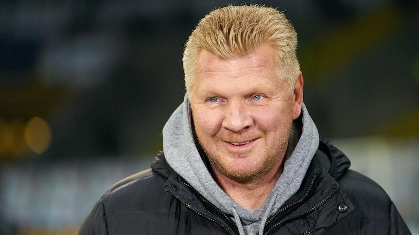 Der ehemalige Nationalspieler Stefan Effenberg arbeitet als Experte für den TV-Sender Sport1 und lächelt bei dieser Aufnahme in die Kamera.