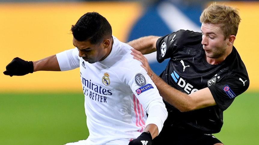 Christoph Kramer (r.) und Real Madrids Casemiro (l.) kämpfen im Hinspiel um den Ball.