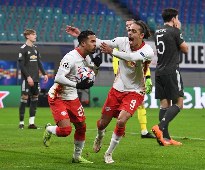 Yussuf Poulsen freut sich mit RB Leipzigs Torschütze Justin Kluivert über den Treffer zum 3:0.