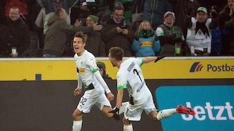 Florian Neuhaus (l.) bejubelt gemeinsam mit Team-Kollege Patrick Herrmann sein Traumtor gegen Mainz 05 zum 3:1-Endstand.