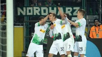 Gladbachs Florian Neuhaus (2.v.l.) steht im Fokus von Bundestrainer Joachim Löw.