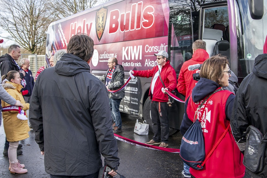 """Die """"Holy Bulls"""" haben ihren eigenen Fanbus organisiert."""
