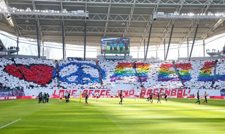 """""""Love, Peace and Rasenball"""": Choreografie der Fans von RB Leipzig vor dem Spiel gegen Bayer Leverkusen."""