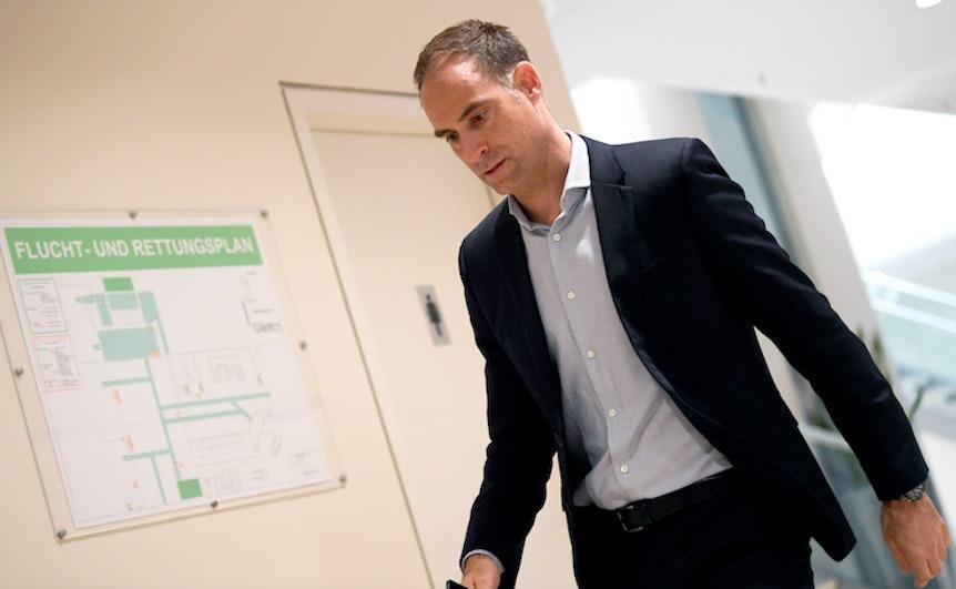Flucht- und Rettungsplan? Oliver Mintzlaff bei der Ankunft bei der DFL-Vollversammlung in Frankfurt.