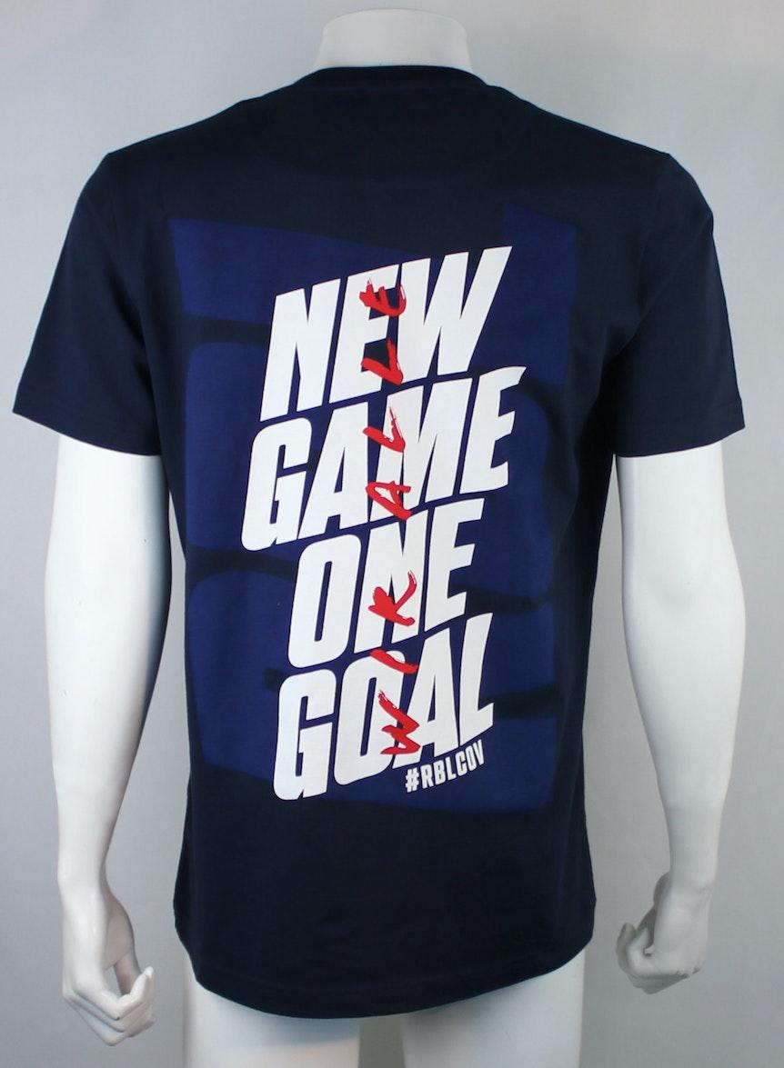 Spenden-Shirt, das Fans für 15 Euro kaufen können. Pro Shirt gehen fünf Euro an bedürftige Organisationen.