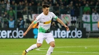 Gladbachs Jonas Hofmann wurde kurz vor der Pause von Dortmunds Axel Zagadou gefoult, der Strafstoßpfiff blieb jedoch aus.