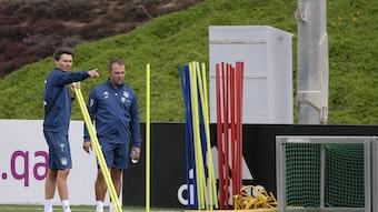 Gibt schonmal die taktische Richtung vor: Danny Röhl mit Bayerns Cheftrainer Hansi Flick.
