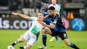 Verteidiger Tony Jantschke (l.) von Fußball-Bundesligist Borussia Mönchengladbach im Zweikampf mit Paderborns Gerrit Holtmann.