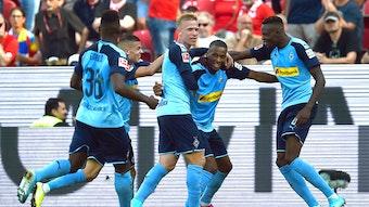 Die Spieler von Borussia Mönchengladbach bejubelt ein Weitschusstor – kommt selten vor.
