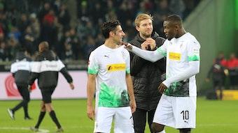 Lars Stindl (links) und Christoph Kramer (Mitte) sind erst kürzlich wieder ins Mannschaftstraining von Borussia Mönchengladbach eingestiegen. Für das Spiel bei Eintracht Frankfurt sind sie wieder fit.