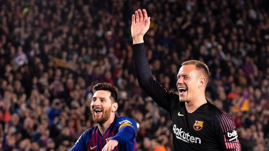 """Barcelona-Held Marc-André ter Stegen (r.) hat in einem Interview nicht nur verraten, wie """"normal"""" Super-Star Lionel Messi (l.) sei. Nationalspieler und Schlussmann ter Stegen liebt seine alte Heimat Gladbach weiterhin über alles."""