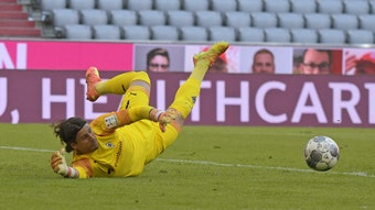 Yann Sommer entschärft gegen den FC Bayern einen Schuss. Zuvor hatte er einmal schwer gepatzt.
