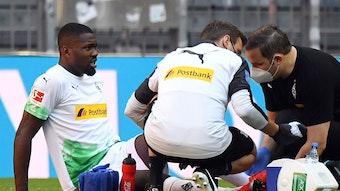 Marcus Thuram (l.), Stürmer bei Borussia Mönchengladbach, fällt für den Rest der Saison wegen einer Sprunggelenksverletzung aus.