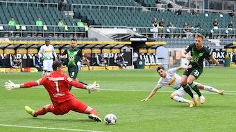 Jonas Hofmann setzt den Ball cool an Wolfsburgs Keeper Koen Casteels vorbei zum 1:0 für Borussia Mönchengladbach. Die Fohlen gewannen 3:0.