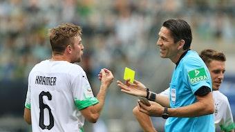 Christoph Kramer (l.) sah von Schiedsrichter Deniz Aytekin die Gelbe Karte, nachdem er diesen versehentlich abgeschossen hatte.