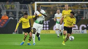 Thorgan Hazard duelliert sich im Trikot des BVB mit seinem Nachfolger bei Borussia Mönchengladbach, Marcus Thuram.