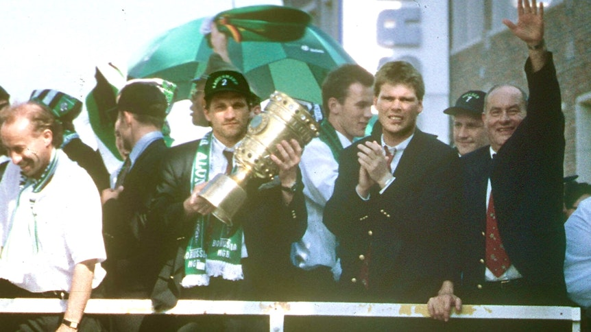 Da ist das Ding! Thomas Kastenmaier (2.v.l.) hält den DFB-Pokal in den Händen, als die Borussia-Spieler 1995 per Doppeldecker-Bus durch Mönchengladbach fahren und von Zehntausenden als Sieger des Finales von Berlin gefeiert werden.