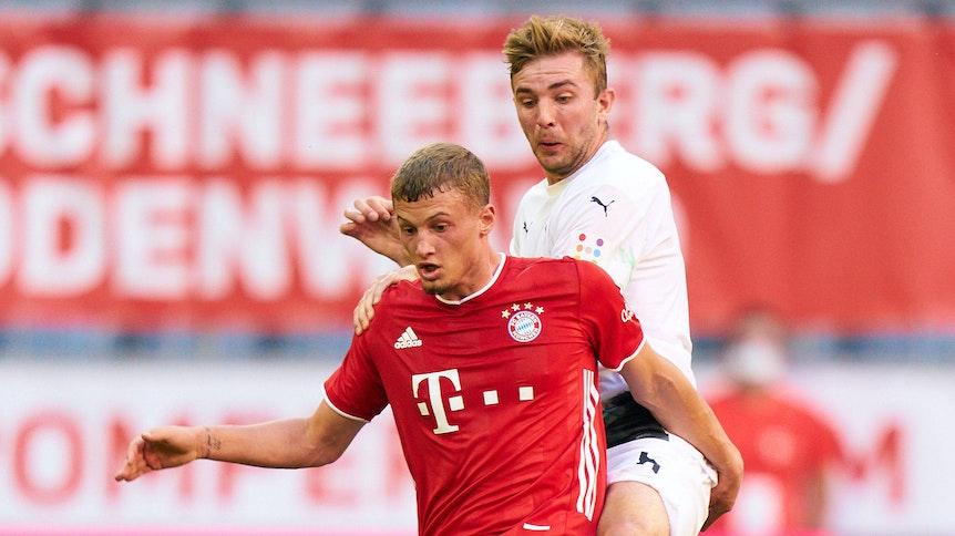 Ex-Borussia-Pflegel und Bayern-Profi Michael Cuisance (vorne) im Duell mit Weltmeister-Fohlen Christoph Kramer. Sollten die Münchner Cuisance verkaufen, winkt Gladbach ein Nachschlag.