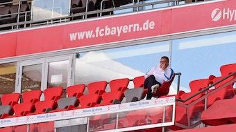 Max Eberl auf der Tribüne in der Müncher Allianz-Arena. Gladbachs Manager macht keinen Hehl daraus, dass er dem FC Bayern Sonntag im Finale gegen PSG den Titel in der Champions League wünscht.