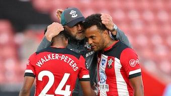 Trainer Ralph Hasenhüttl herzt seine Spieler in Southampton.