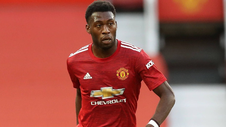 Timothy Fosu-Mensah kontrolliert den Ball im Trikot von Manchester United.